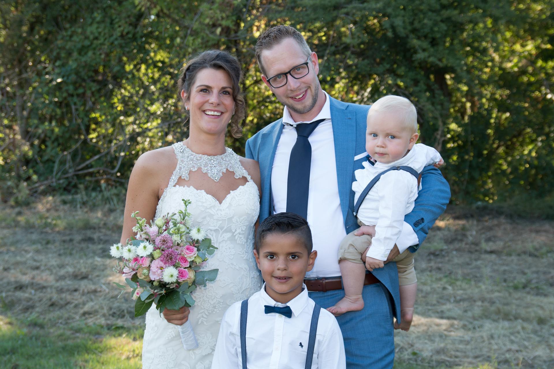 Denise en Kevin met hun gezin, trouwfoto