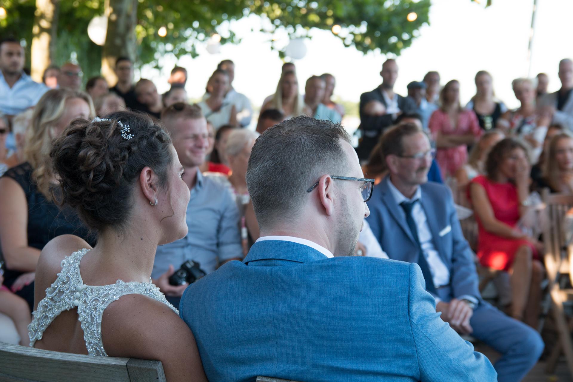 Denise en Kevin tijdens de ceremonie, bruiloft