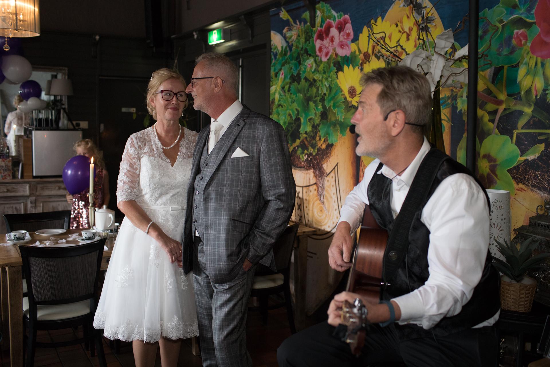 Bruidspaar wordt toegezongen