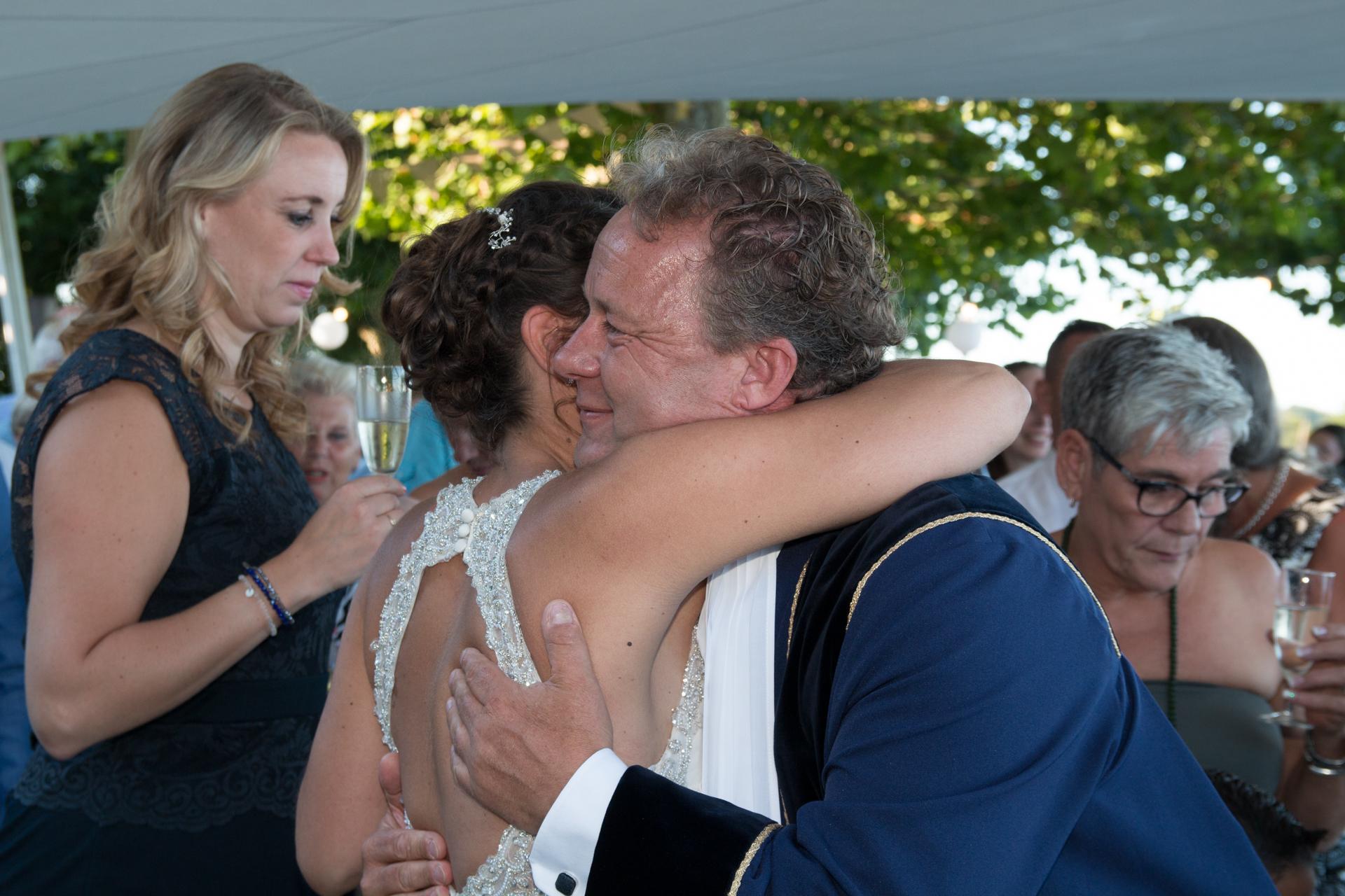 Knuffel bruid Denise en ambtenaar burgerlijke stand