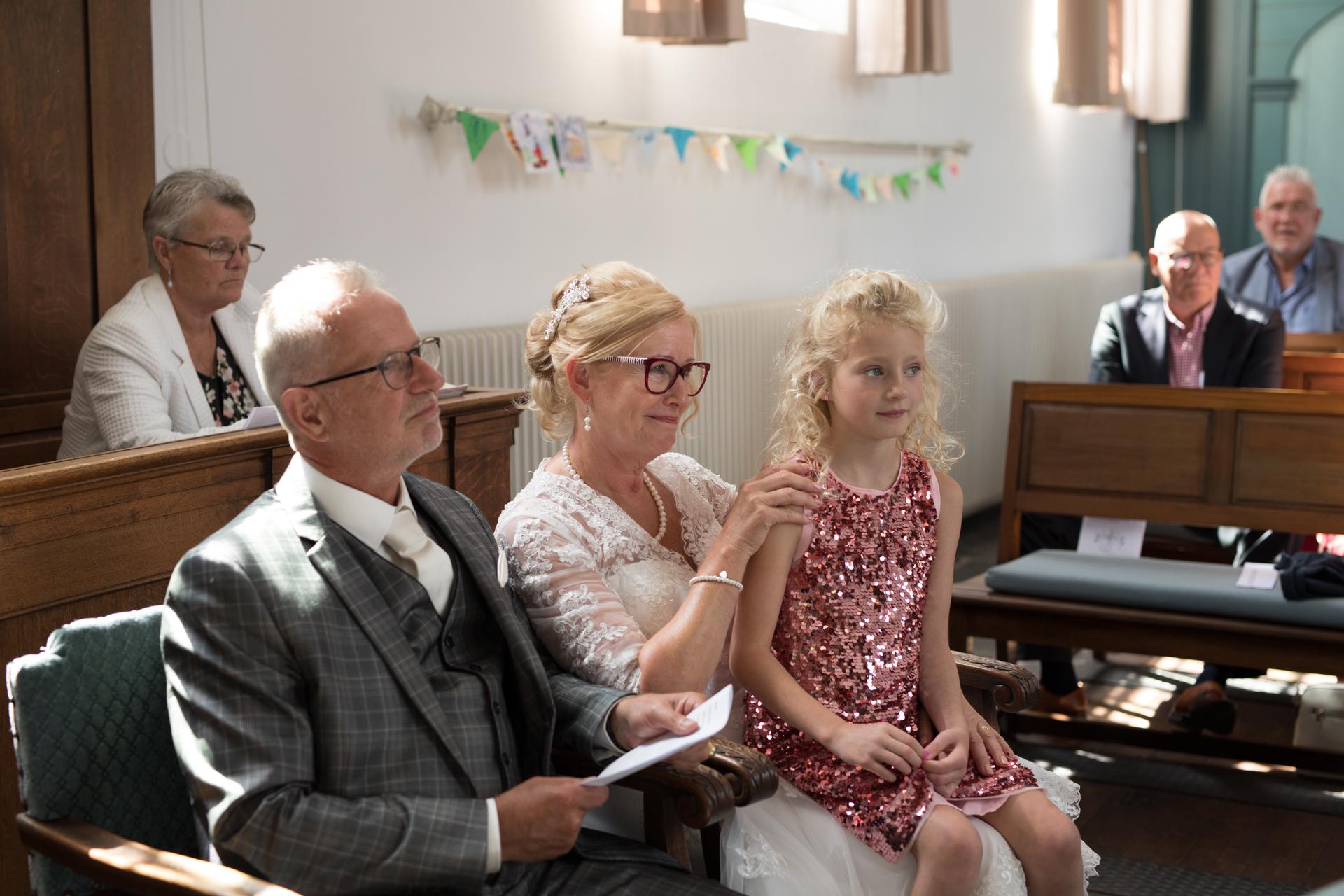 Bruidspaar met kleindochter op schoot