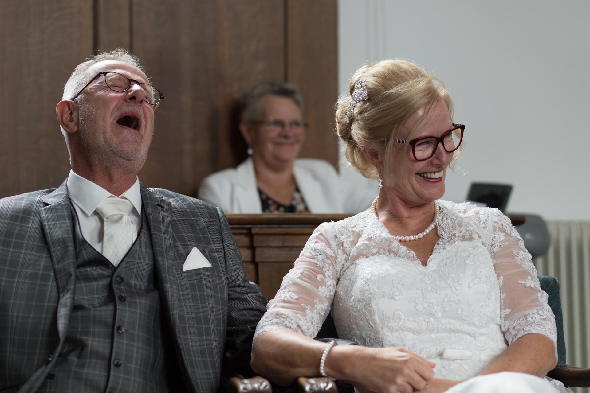 Bruidspaar lacht